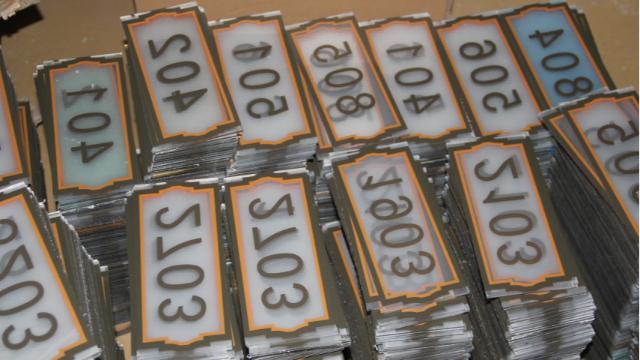 为什么亚克力标识标牌中越来越多的喜欢粘亚克力字呢?